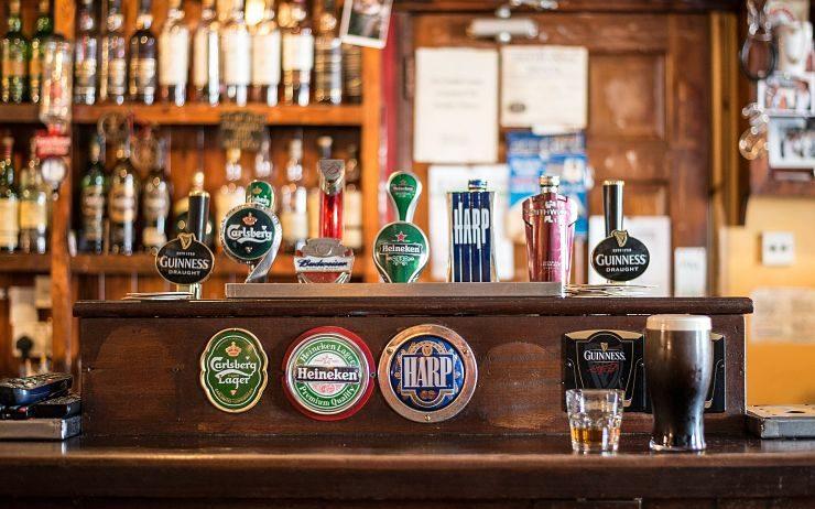 Un bar en bois avec des tireuses à bières