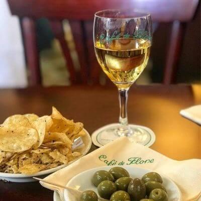 Un verre de vin et des olives servis au fameux Café de Flore, Paris 6e