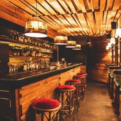 Le bar du Castor Club en sous-sol dans le 6e arrondissement de Paris
