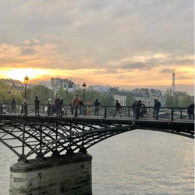 Le pont des arts avec la tour Eiffel au loin, Paris 6