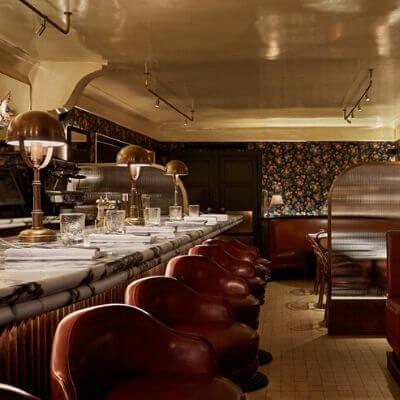 La très jolie salle du restaurant Aux Près de Cyril Lignac dans le 6e arrondissement de Paris