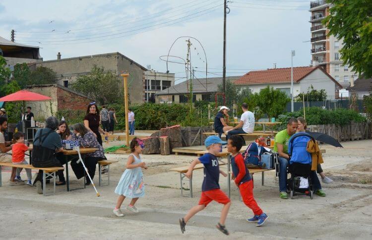 Des enfants jouent dans Vive les groues
