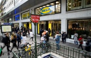 Les abords du magasin IKEA à Madeleine, Paris 8e.